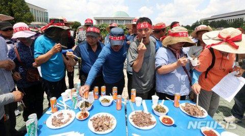 パフォーマンスで犬肉を食らうバ韓国塵