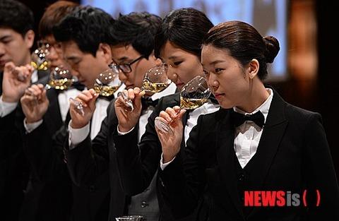 ウンコ酒をテイスティングする韓国塵