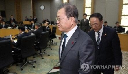 下手なパフォーマンスしかできないバ韓国の文大統領