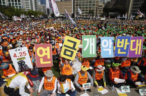 年金をもっと寄こせと叫ぶバ韓国の公務員ども