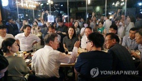 市民と酒を飲むバ韓国の文大統領