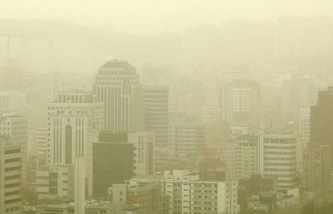 黄砂に襲われているバ韓国のソウル