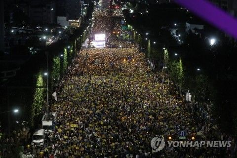 チョ・グクを支持するバ韓国塵の群れ