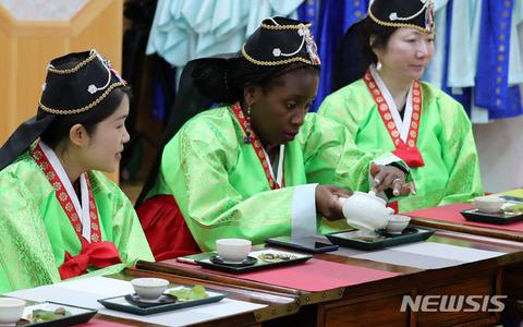 バ韓国の韓服は真っ赤な嘘の産物
