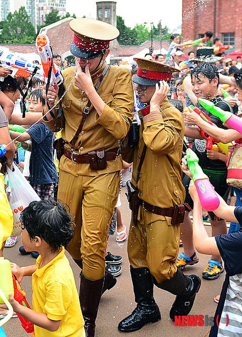 まさに反日教育! 日本兵に扮した屑を一斉攻撃