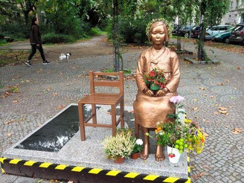 ベルリンで客待ちするバ韓国の売春婦像