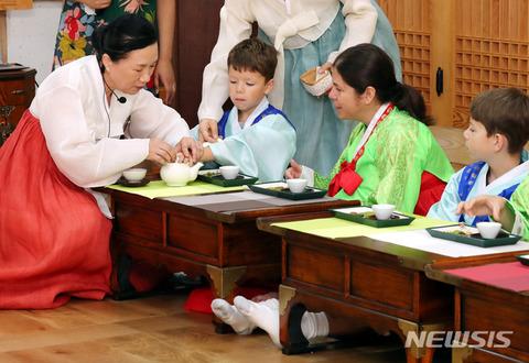 外国人に嘘だらけの伝統を披露するバ韓国塵