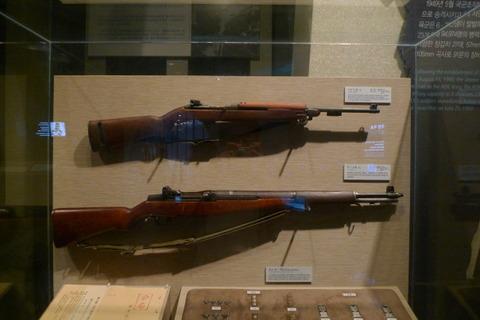 博物館に飾られるような代物で訓練するバ韓国の予備軍