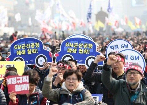 金寄こせデモ中のバ韓国GM従業員