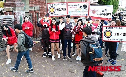 学生相手に客引きするバ韓国の売春婦ども