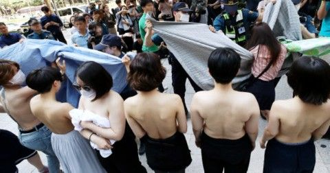 裸を晒しながら「見るな」と訴えるキチガイバ韓国塵ども