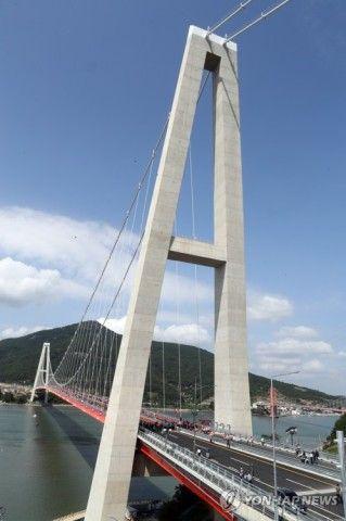 バ韓国で開通した傾いた主塔の橋