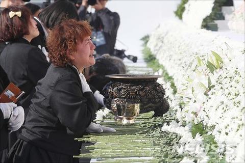 うれし涙を流すバ韓国の遺族様ども