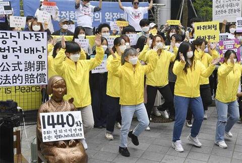 狂ったように踊るバ韓国のキチガイ集団