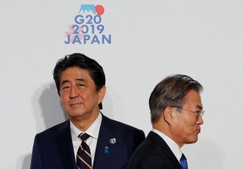 糞尿臭いバ韓国塵の前で息を止める安倍首相