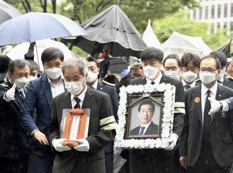 セクハラ市長の葬儀に参加するバ韓国塵ども
