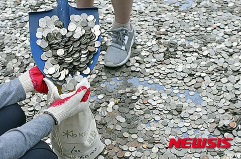 募金の硬貨を土足で踏みにじるキチガイ屑バ韓国塵
