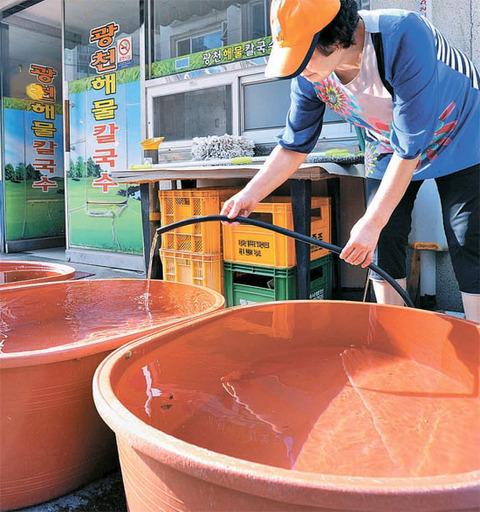 汚水を利用するバ韓国の飲食店店主