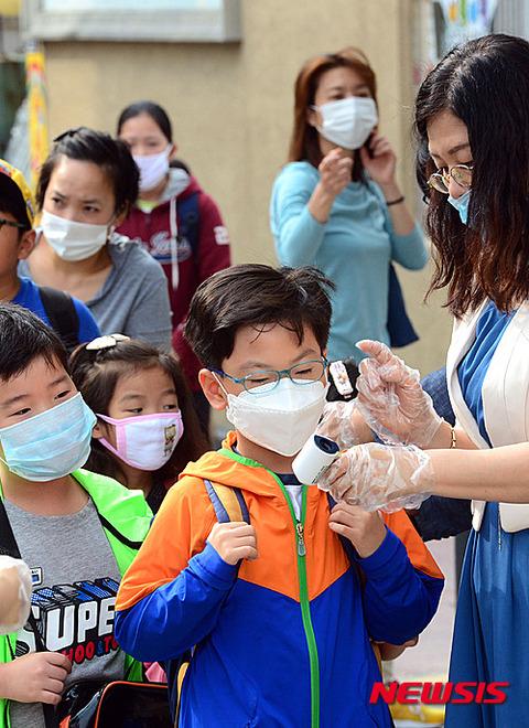 釜山の小学生どもが登校開始