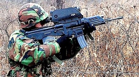自国の兵士を殺傷する能力に長けたバ韓国のK-11小型小銃