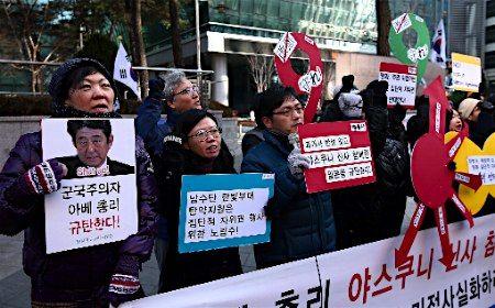 12月27日、ソウルの日本大使館前で、靖国神社参拝に抗議する糞