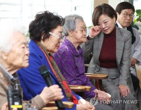 偽証婆の話に泣いたフリするバ韓国・女性家族部長官