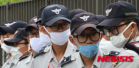 マスクの使用方法も理解できないバ韓国の警察wwwww