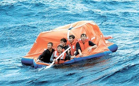 漁船転覆後、無事に脱出したベトナム人乗組員