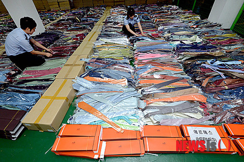 押収された大量の偽ブランドネクタイ