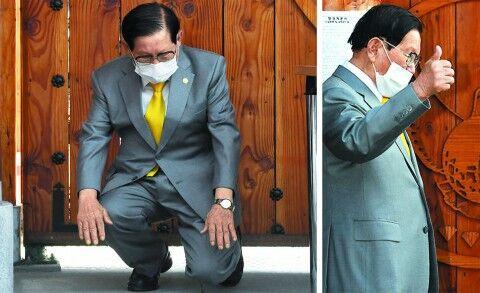 バ韓国の大邱コロナの主犯、報道陣に親指突き立てる