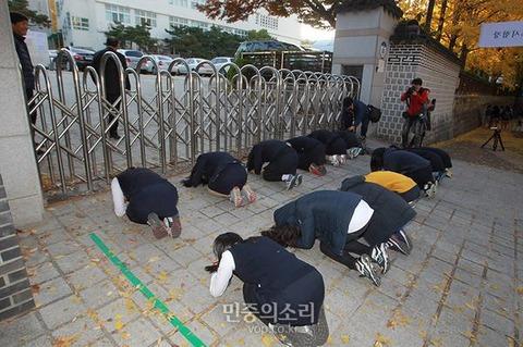 大学に土下座しながら合格を祈願する屑韓国塵ども