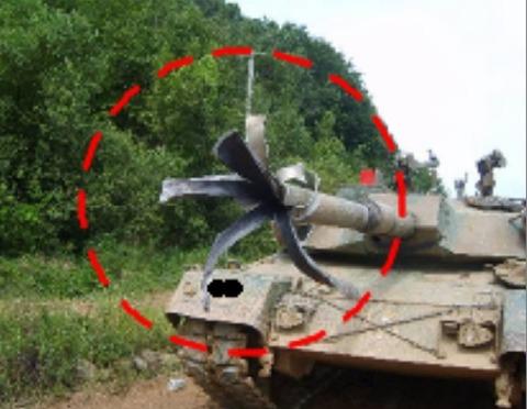 主砲が破裂する韓国製のK1A1戦車。