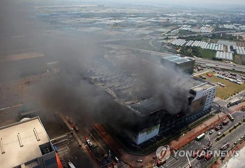 倉庫の火災で大量の化学繊維衣装が焼失wwww
