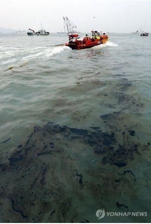 油や屑の遺体で海を汚すセウォル号