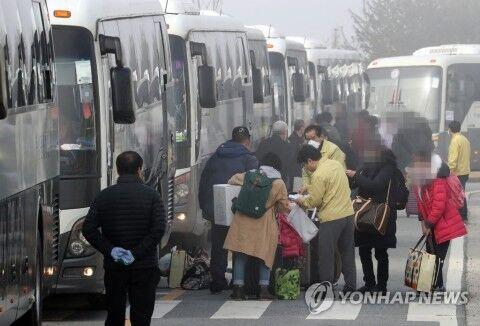 隔離施設から帰宅するバ韓国塵ども