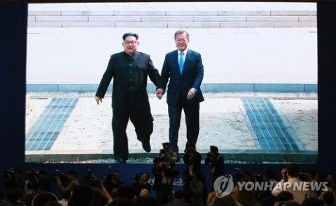 主に手を引かれ嬉しそうなバ韓国・文大統領