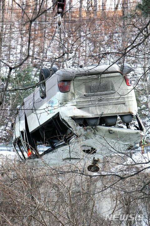 バ韓国の軍用バスが崖下に墜落