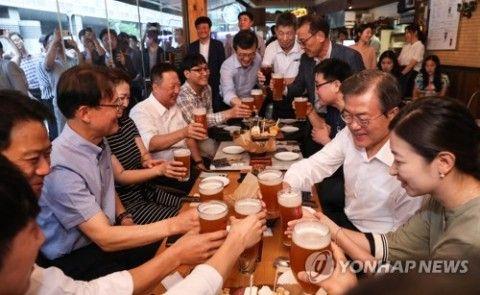 バ韓国経済崩壊中に国民と乾杯する文大統領
