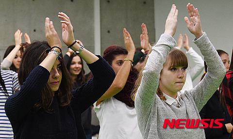 つまらなさそうな顔でK-POPダンスを習うフランスの高校生