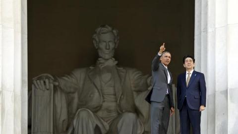 安倍首相とオバマ大統領がリンカーン記念館を訪問
