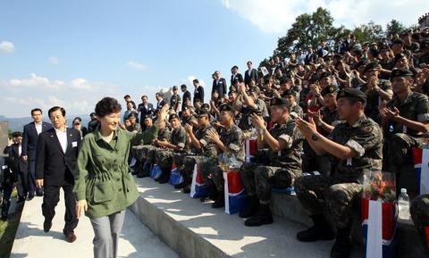バ韓国軍にオヤツを支給してご機嫌取りに必死なパククネ婆