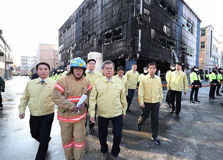 火災現場を訪れたバ韓国の文在寅大統領