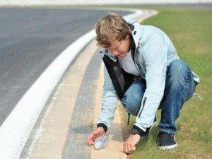 F1世界王者、セバスチャン・ベッテル、自らコース上の釘拾い