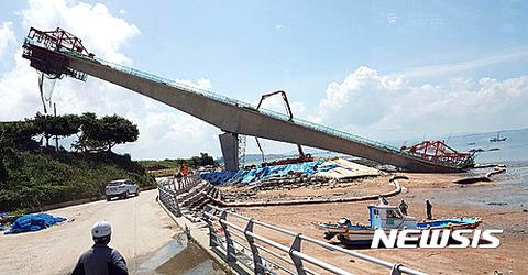 工事中に傾いたバ韓国のチルサン大橋