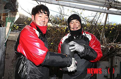 練炭を配るバ韓国のプロ野球選手