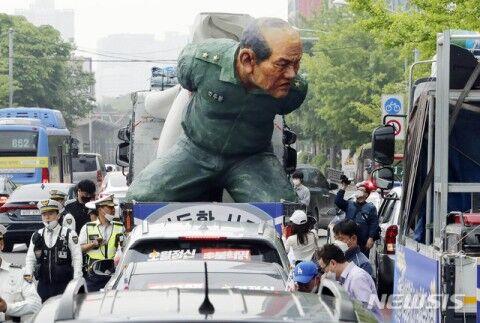 光州事件の犠牲者を晒し者にするバ韓国塵