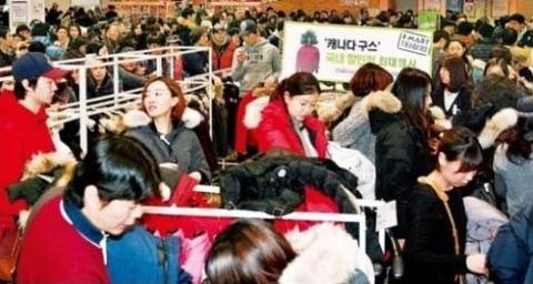 パクリ商品に殺到するキチガイ韓国人ども