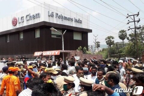 インドのバ韓国LG工場前で抗議デモ