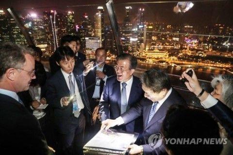 シンガポールの夜景に浮かれるバ韓国・文大統領