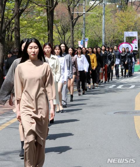 これがバ韓国のファッションモデルww